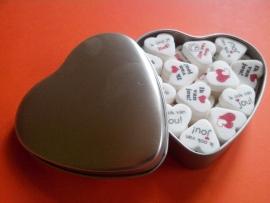 Blikje blanco met verschillende opdruk op gekleurde hartjes van 22mm. incl. Verzendkosten!