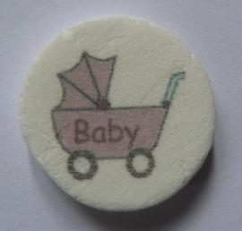 Baby in rose wandelwagen
