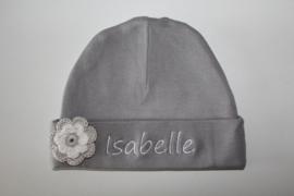 grijs mutsje met naam en gehaakte bloem/ wit/ zandgrijs