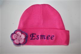 fuchsiarose mutsje met naam + gehaakte bloem paars/ fuchsia/ rose