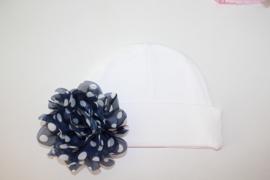 Wit mutsje met donkerblauwe stip bloem
