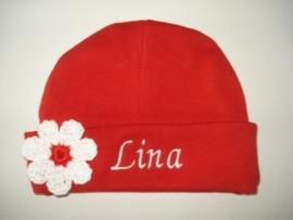 Rood mutsje met naam en gehaakte bloem wit/rood