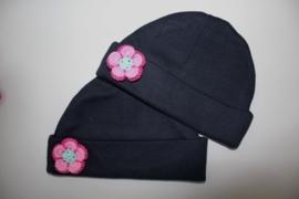 Donkerblauw mutsje met donkerrose/ rose/ mintgroen gehaakte bloem