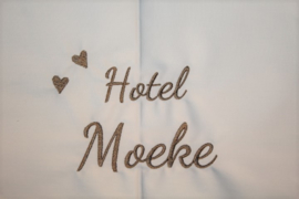 Wit ledikantlaken met Hotel Moeke met hartjes geborduurd