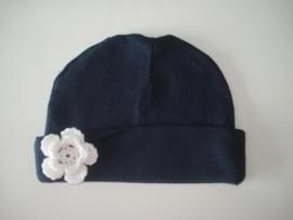 donkerblauw mutsje met wit gehaakte bloem