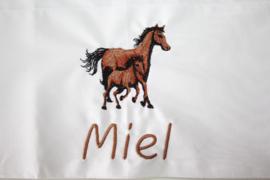 Paarden + naam geborduurd
