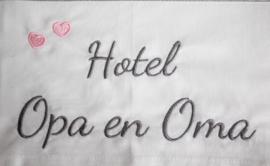 Wit wieglakentje met hotel opa + oma met hartjes