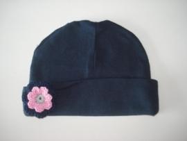 donkerblauw mutsje met grijs/rose/ donkerblauw gehaakte bloem
