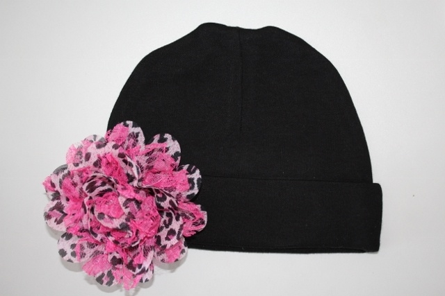 Zwart mutsje met rose panterprint bloem