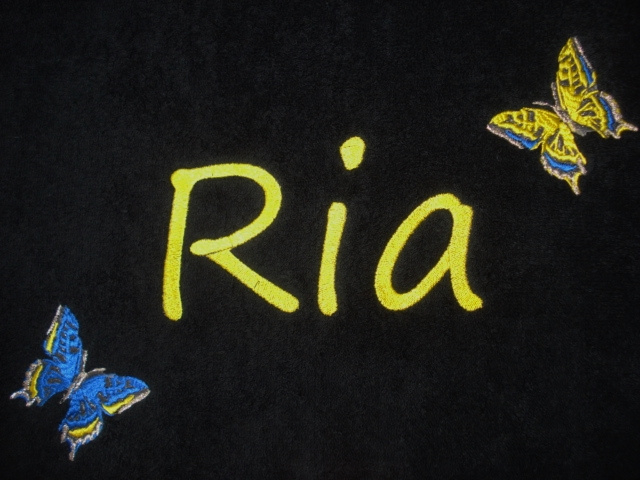 Luxe zwarte handdoek met naam + geel/ blauwe vlinders
