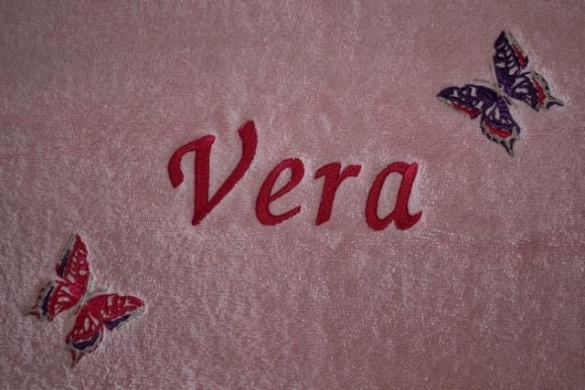 Lichtrose handdoek met naam + 2 vlindertjes