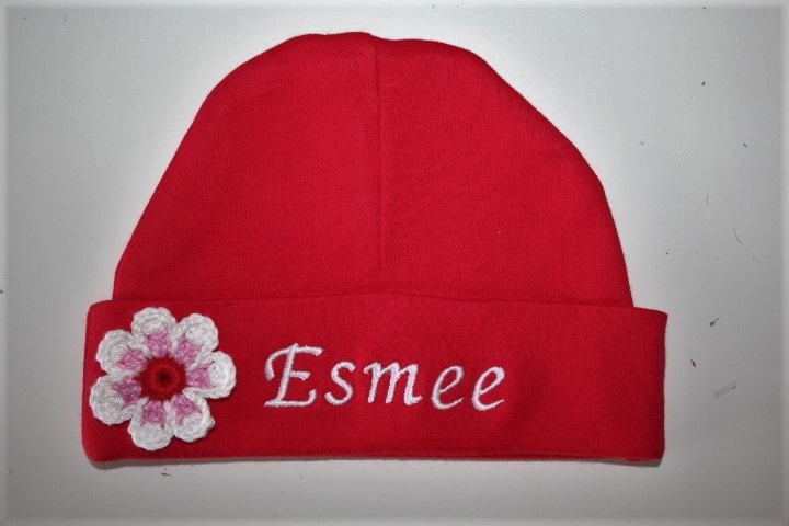 Rood mutsje met naam en gehaakte bloem wit/lichtrose/rood