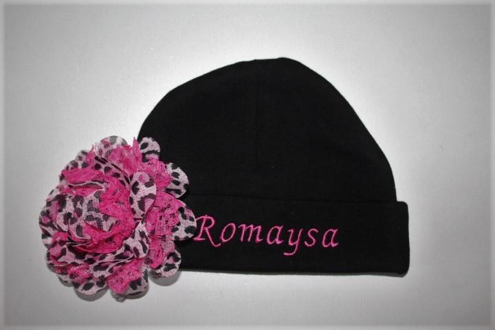 zwart mutsje met naam + rose panterbloem