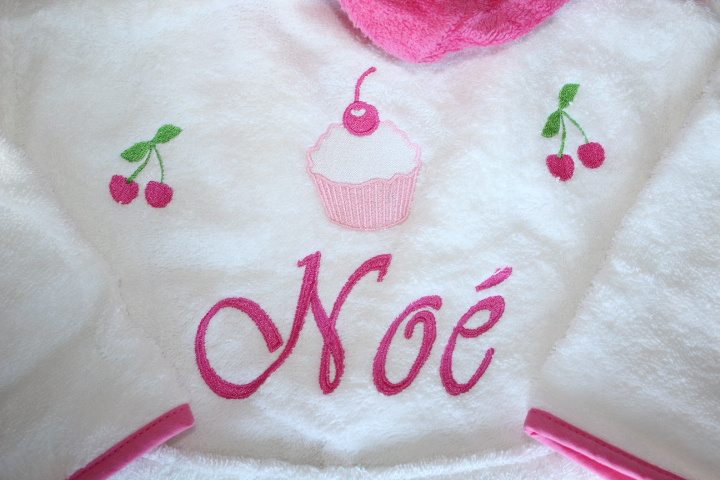 Badjasje geborduurd met afbeelding geboortekaartje