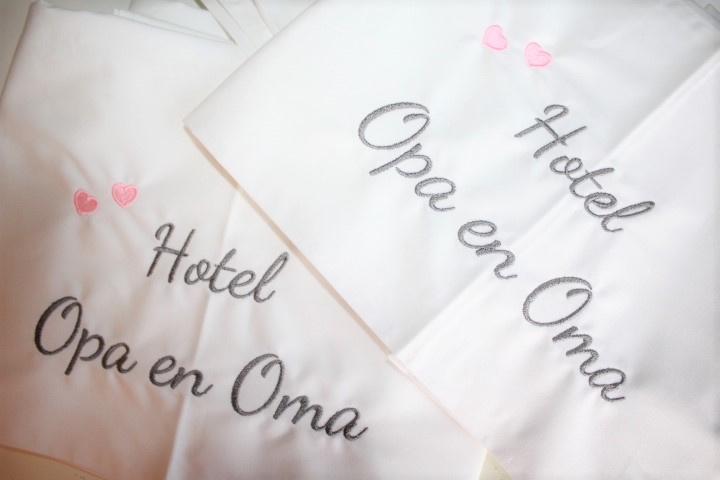 Wit ledikantlaken hotel opa + oma met hartjes