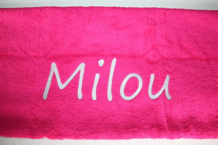 Handdoek fuchsiarose met naam geborduurd 500 gram²