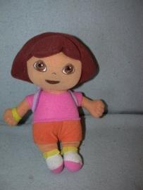 PS-882  Merkloze pop Dora met rugzak - 25 cm