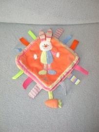 K-704  Tiamo labeldoekje konijn Bets the Bunny