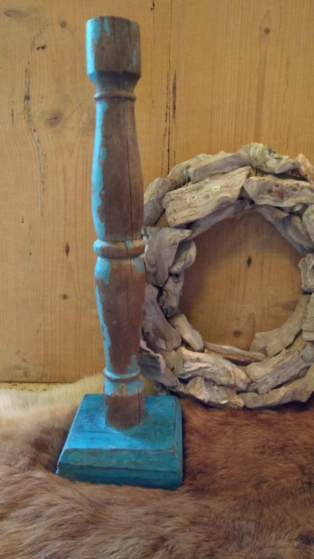 kandelaar gemaakt van oud hout