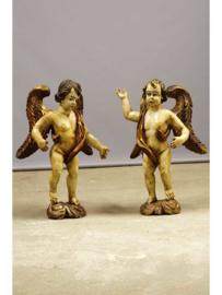 Beschilderde beelden in vorm van twee  houten engelen met houten vleugels, Europees, 19e eeuw.