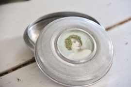 Oud metalen doosje in zilverkleur