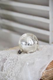 Zilveren Kerstbal met zonnetjes en maantjes