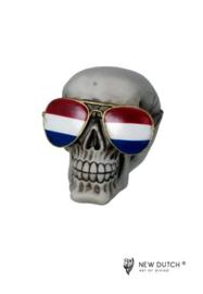 600526 schedel met nederlandse zonnebril.