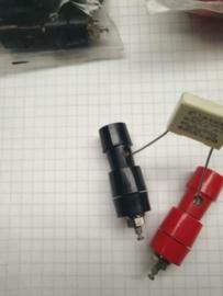 Dyna Banaanstekker 4mm chassisdeel rood met veerklem