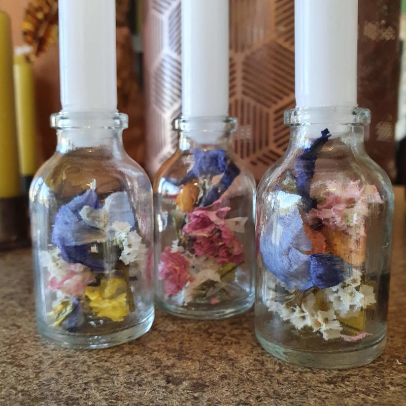 Kandelaar met gedroogde bloemetjes