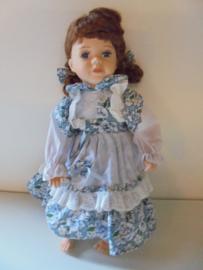 pop liyn 40 cm met porselein hoofd &handen en voeten prijs per stuk
