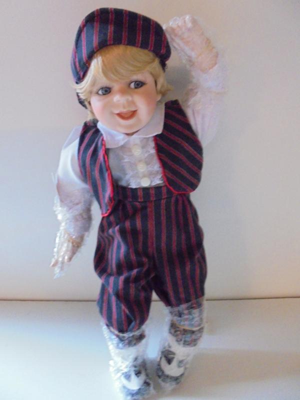 pop kasper 41 cm met porselein hoofd &handen en voeten prijs per stuk