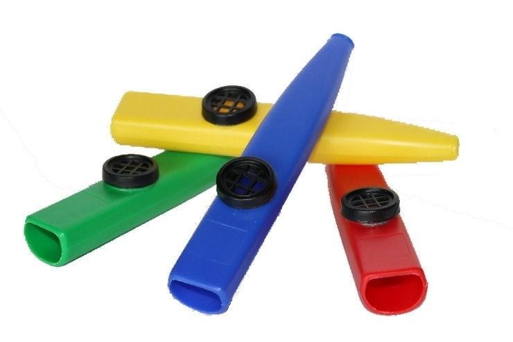 Tien kunststof kazoo's: mix van vier kleuren