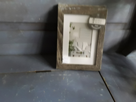 Bon362  Fotolijstje vergrijst hout   13 x 18 cm