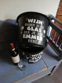 Wijn waarom in een glas als je ook een emmer hebt