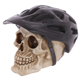 Schedel met zwarte fietshelm