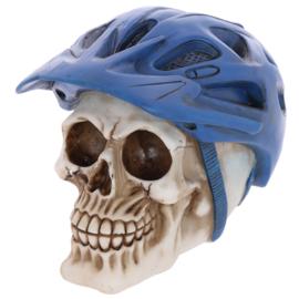 Schedel met blauwe fietshelm