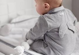 First, grijs babypakje met vleugels
