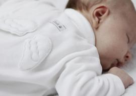 First, wit babypakje met vleugels
