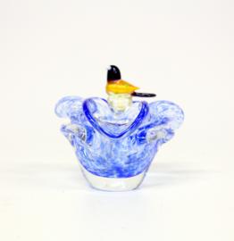Blauw glazen schaaltje met een vogel op de rand