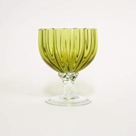 Groen geribbeld wijnglas