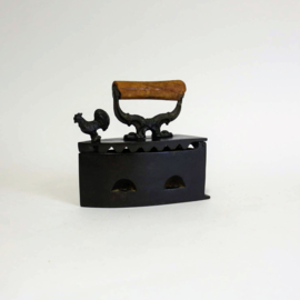 Antieke Strijkijzer / briketbout - gietijzer met haan
