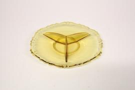 Drievaks schaal van geel persglas, jaren 50.