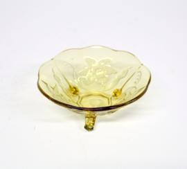 Geel glazen schaaltje op pootjes met bloem decor