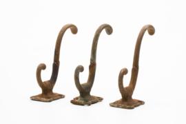 3 Vintage sierlijke dubbele kapstokhaken / jashaken / hoedenhaak