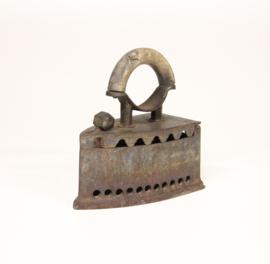 Antieke strijkijzer - Briketbout met houten handgreep