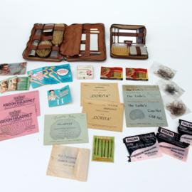 Groot lot nostalgische vrouwelijke gebruiksvoorwerpen & verzorgingsproducten