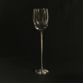 Wijnglas op zilverkleurige gedecoreerde voet