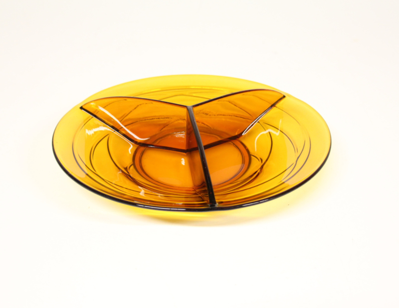 Drievaks schaal van amber persglas, jaren 50.