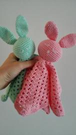 Knuffel konijn aan een knuffeldoek - mint
