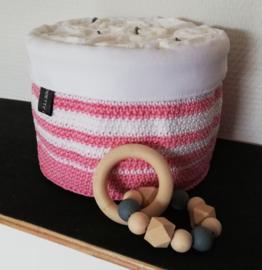 Gehaakte kraammand wit en roze gevuld met luiers